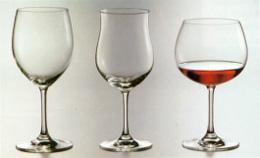 Слева направо представлены разные виды бокалов для различного вина.