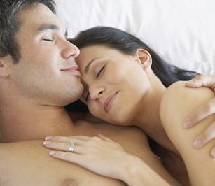 Сексуальная поза женщина на коленях у мужчины а его ноги обнимают ягодицы