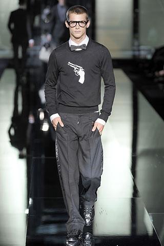 Классический мужской силуэт -широкие плечи, зауженная талия, узкие брюки.